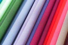 重复的颜色 在显示的五颜六色的织品在市场上 免版税库存照片