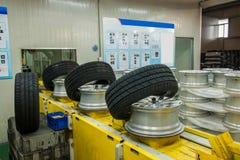 重庆长安敏盛后勤学重庆分支汽车轮胎装配线 免版税库存照片