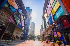 重庆,中国- 2016年9月11日:走在重庆,重庆的商业中心的人们是最大直接控制 免版税图库摄影