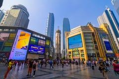 重庆,中国- 2016年9月11日:走在重庆,重庆的商业中心的人们是最大直接控制 图库摄影