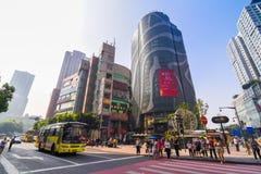 重庆,中国- 2016年9月11日:走在重庆,重庆的商业中心的人们是最大直接控制 库存图片