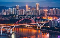 重庆CaiYuanBa桥梁在晚上 免版税库存照片