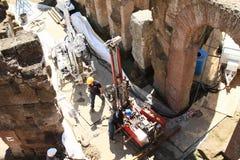重建罗马斗兽场的技术经验工作者 免版税库存照片