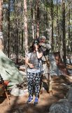 重建`北欧海盗村庄`的参加者在森林里帮助访客佩带在阵营的装甲在本Shemen附近我 图库摄影