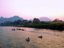 重新创建 旅游沿河的kakaking和管材 图库摄影