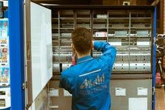 重新装满一台自动售货机的自动贩卖机乘务员在新宿 图库摄影