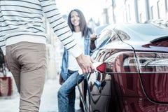 重新装满他的汽车的好英俊的人 免版税库存图片
