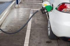 重新装满和填装油气燃料在驻地 加油站-换装燃料 用燃料填装机器 免版税库存图片