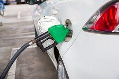 重新装满和填装油气燃料在驻地 加油站-换装燃料 用燃料填装机器 图库摄影
