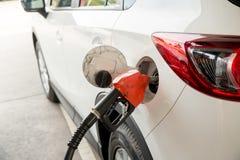 重新装满和填装油气燃料在驻地 加油站-换装燃料 用燃料填装机器 免版税库存照片