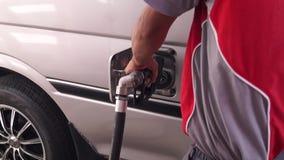 重新装满幅射器水的汽油伴随开头吉普敞篷  股票录像