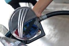 重新装满与燃料的现有量汽车 免版税库存照片