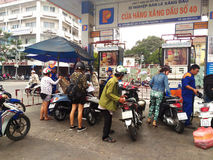 重新装满在加油站的人们燃料油 库存照片