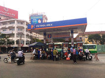 重新装满在加油站的人们燃料油 免版税图库摄影