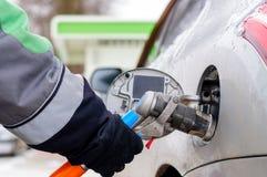 重新装满在汽车的燃料的燃料喷嘴 免版税库存照片