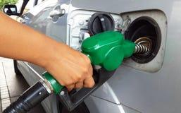 重新装满有燃料的妇女手汽车 免版税库存图片