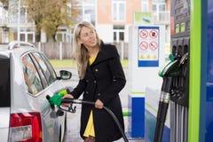 重新装满有燃料的妇女汽车 库存照片