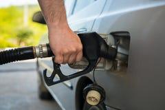 重新装满有燃料的汽车 免版税库存照片