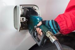 重新装满有燃料的男性手汽车 库存图片