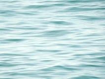 重点前景海浪通知 净水背景,安静波浪 库存图片