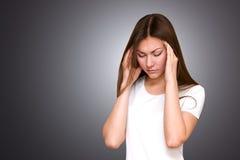 重点和头疼 有的少妇偏头痛痛苦 免版税图库摄影