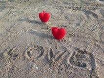 重点红色二 在沙子的登记 爱 库存照片