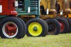 重点红色行拖拉机 免版税库存照片