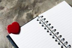 重点 与开放空白的笔记的华伦泰心脏 库存图片