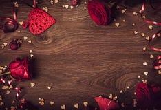 重点 情人节桌餐位餐具 与拷贝空间的木桌 免版税库存图片