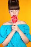 重点Lollypop 有五颜六色的lolli流行音乐的美丽的青少年的女孩 傅 免版税库存图片