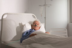 重病的老人 免版税图库摄影