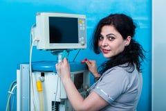 重症监护病房的女性麻醉学者 免版税库存图片