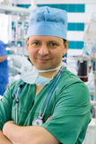 重症监护病房的兴高采烈的年轻医生 免版税库存图片