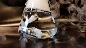 重的二氧化碳烟形成在从干冰药丸接近的视图和泡影形成的水中 影视素材