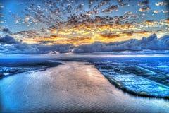 重的云层鸟瞰图在日落的 免版税库存照片