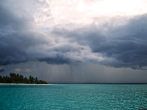 重的云彩和雨在海洋 免版税库存照片