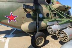 重的军用直升机MI-8AMTSH导弹发射装置  库存图片