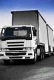 重的在途中的货物-白色卡车 免版税库存照片