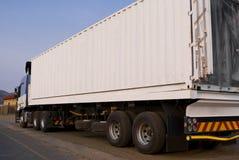 重的在途中的货物-白色卡车 免版税图库摄影