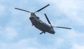 重的在飞行中空运军用直升机 双重电动子,重的空运,军用直升机在飞行中有开放后方舷梯的门的 免版税库存图片