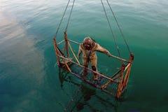 重的太空服的潜水者 免版税库存照片