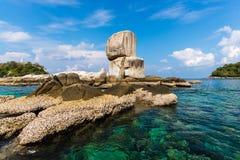 重的岩石在海 免版税库存照片