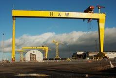 重的工业起重机在著名哈兰和沃尔弗造船厂 免版税库存照片