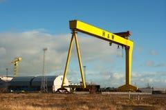 重的工业起重机在著名哈兰和沃尔弗造船厂 库存照片