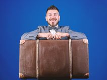重的手提箱 : 旅行和行李概念 有行李的行家旅客 行李保险 ?? 库存照片