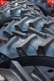 重的拖拉机轮子和轮胎细节  踩接近  图库摄影