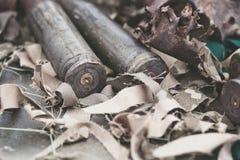 从重的机枪的子弹壳在与伪装网的桌上 免版税库存照片