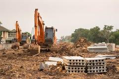 重的橙色机器履带牵引装置装载者或装载者挖掘机,取消土壤从场地准备的地面在民用建筑s 免版税库存照片