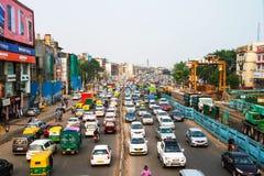 重的汽车通行在德里,印度的市中心 库存照片