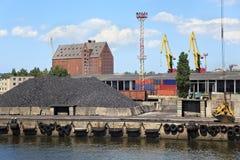 重的港口动臂起重机 库存图片